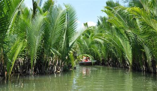 迦南岛位于越南岘港会安古镇秋盆河上,贯穿.