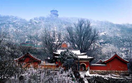 位于金山镇徐福泊船山风景区内.