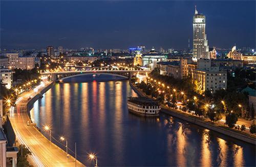 河上水光潋滟,岸边风景优美,尽情欣赏美轮美奂的莫斯科建筑,令人心旷