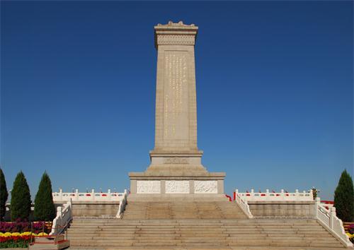 """""""人民英雄永垂不朽""""8个大字,还有反映中国现代史进程的8幅大型浮雕,是"""