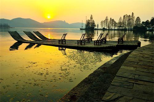 落雁岛位于武汉东湖风景区磨山景区旁,与磨山楚天台隔湖相望.